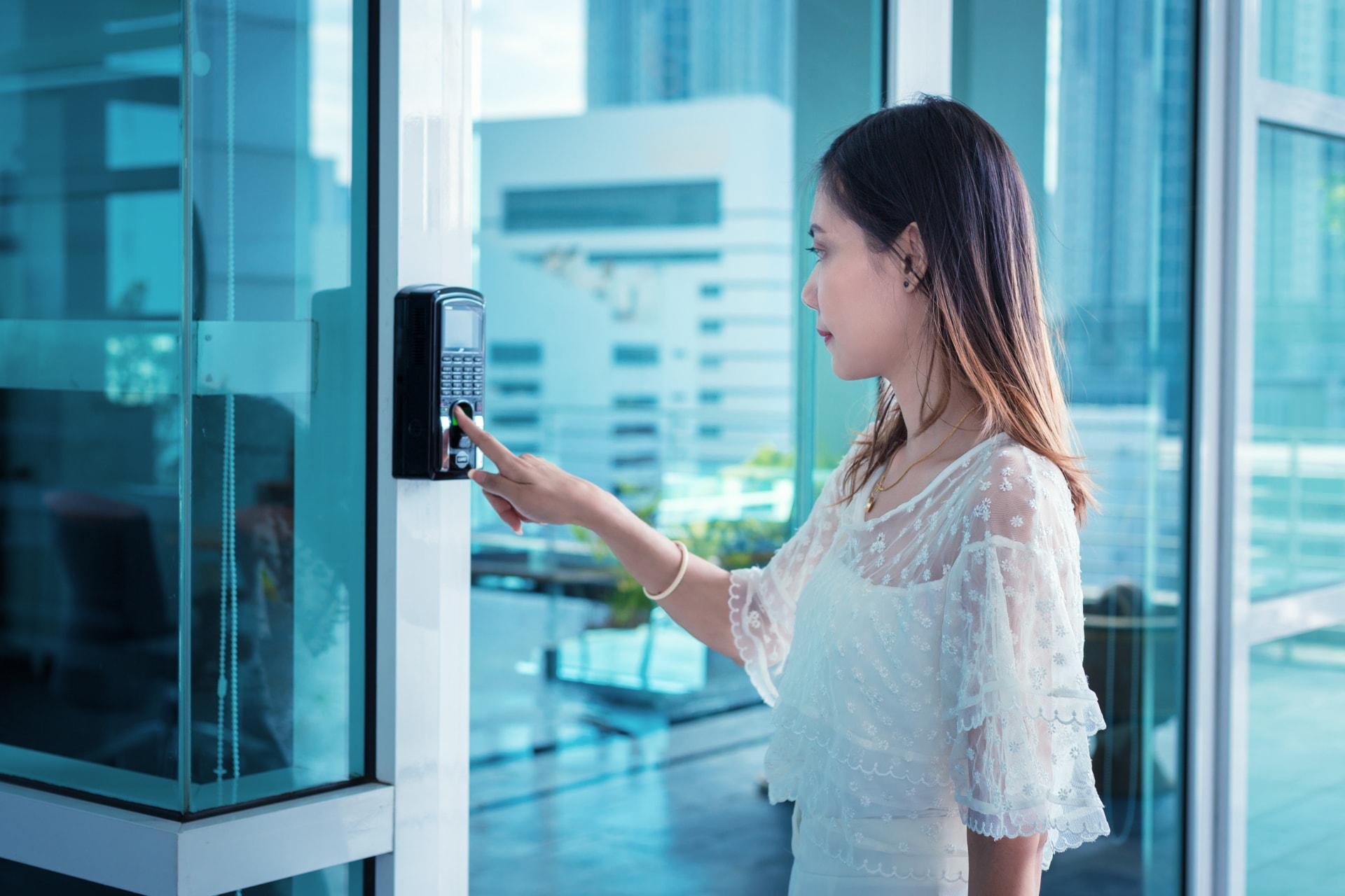 Jonge vrouw scant haar vingerafdruk met toegangscontrole van GW Security Group