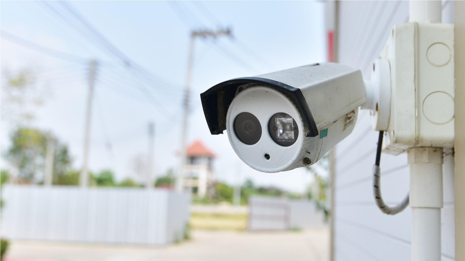 Camerabewaking via inernet van GW Security Group op een zonnige middag in een woonwijk