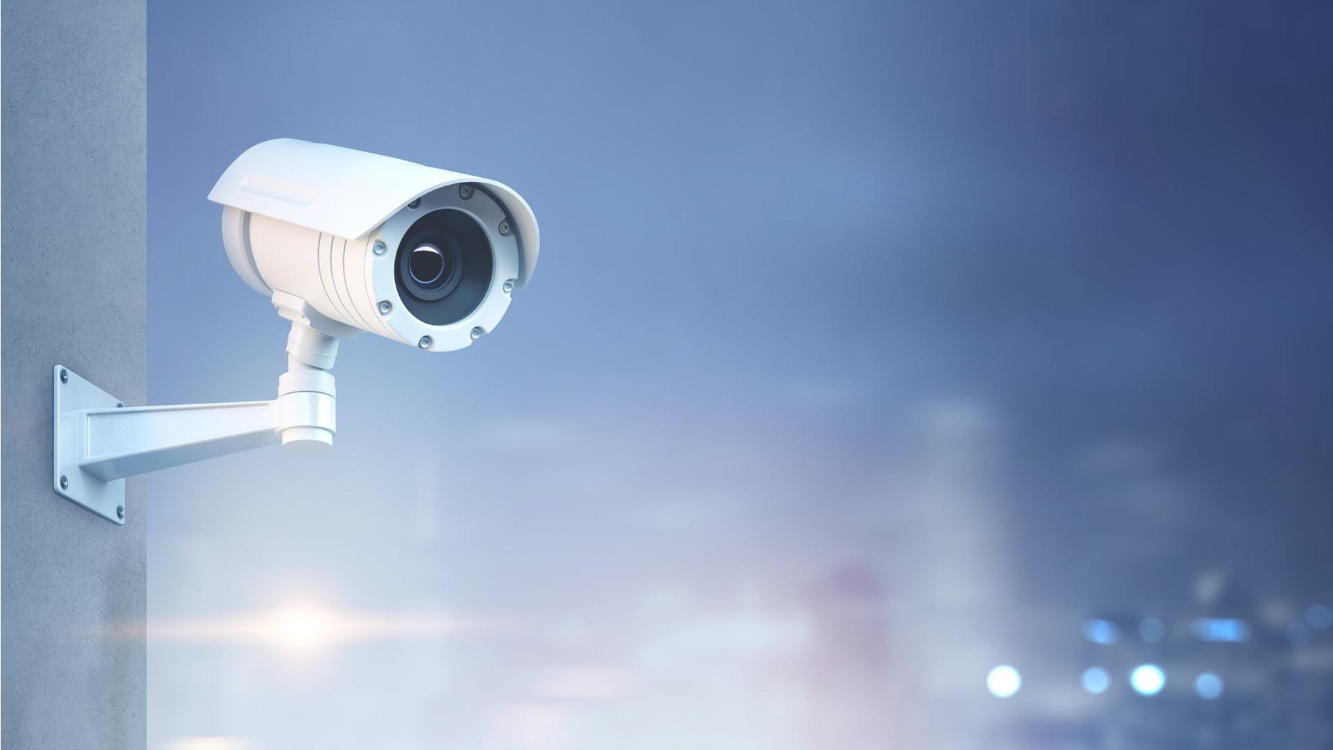 Camerabewaking via internet van GW Security Group op een mistige avond buiten