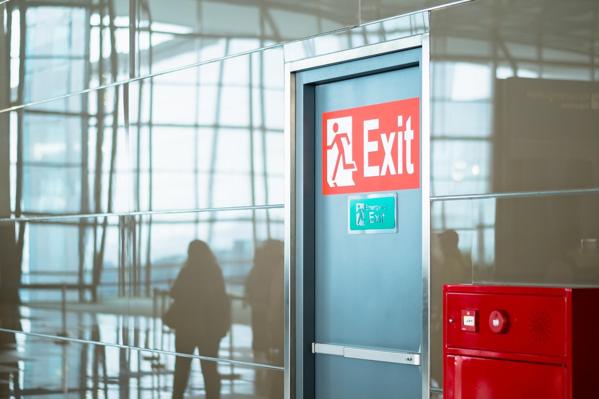 Brandveilige gepantserde deur op een luchthaven zoals GW Security Group ze bij bedrijven installeer