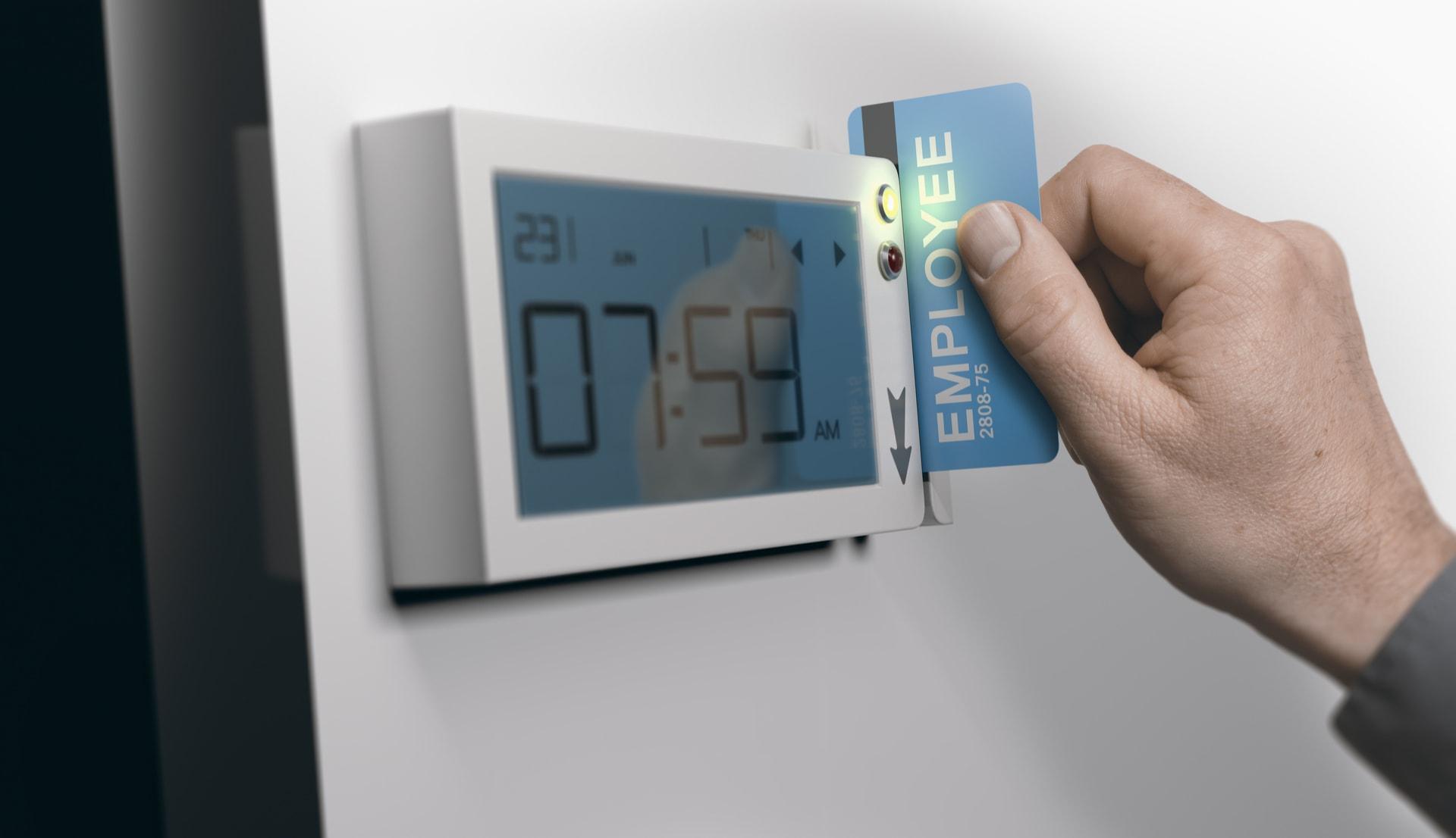 Man gebruikt een toegangskaart voor het alarmsysteem in zijn bedrijf van GW Security Group