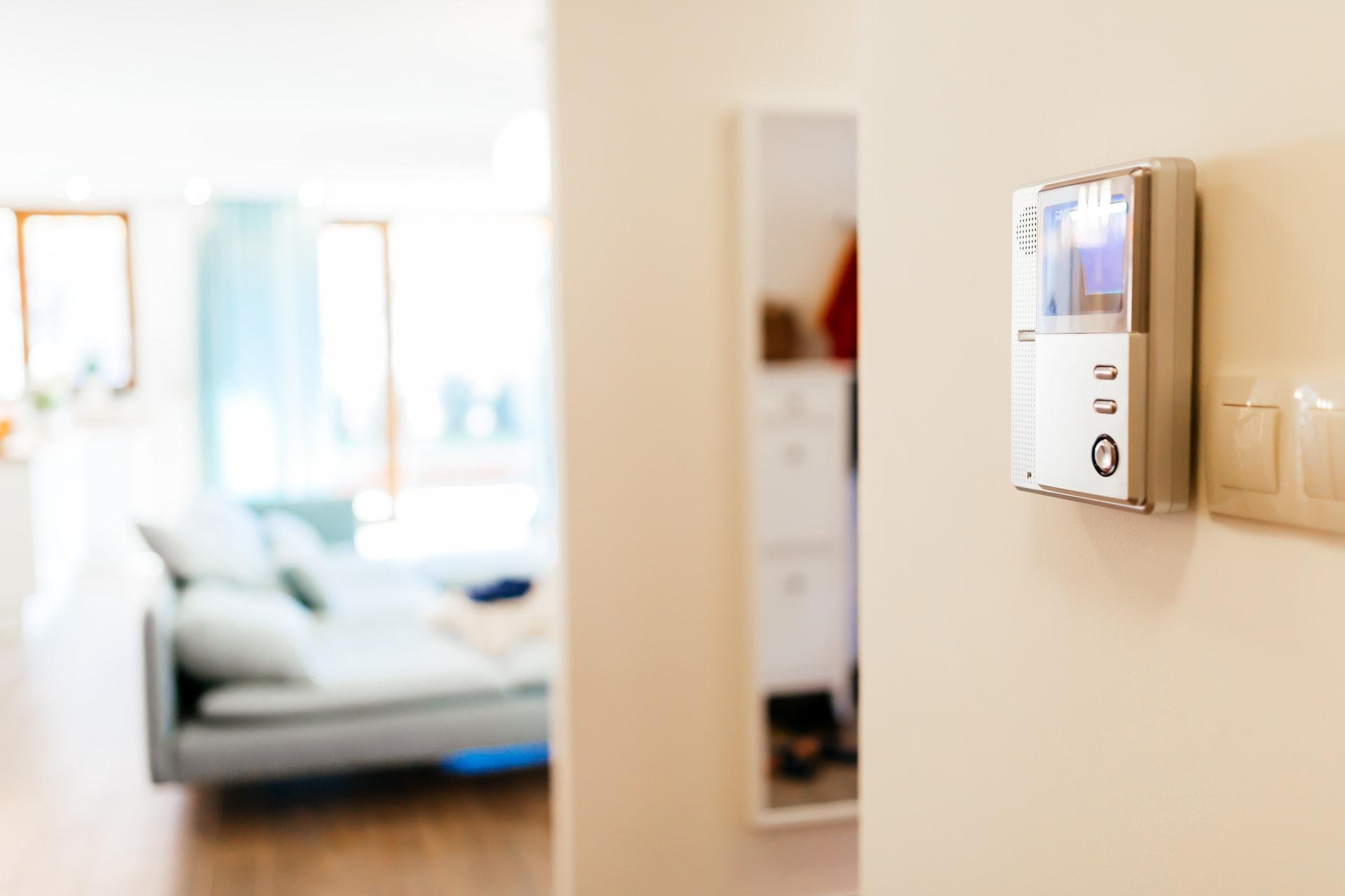 Toestel aan de muur in een appartement om met videofonie van GW Security Group te beveiligen