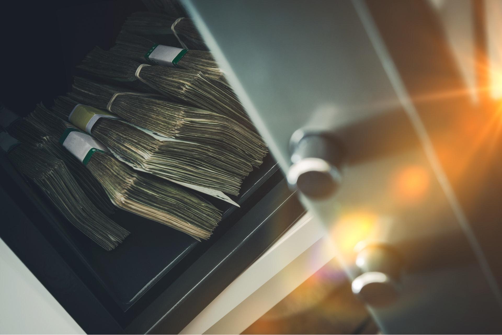 Een kluis met veel geld als deel van de huisbeveiliging dankzij GW Security Group
