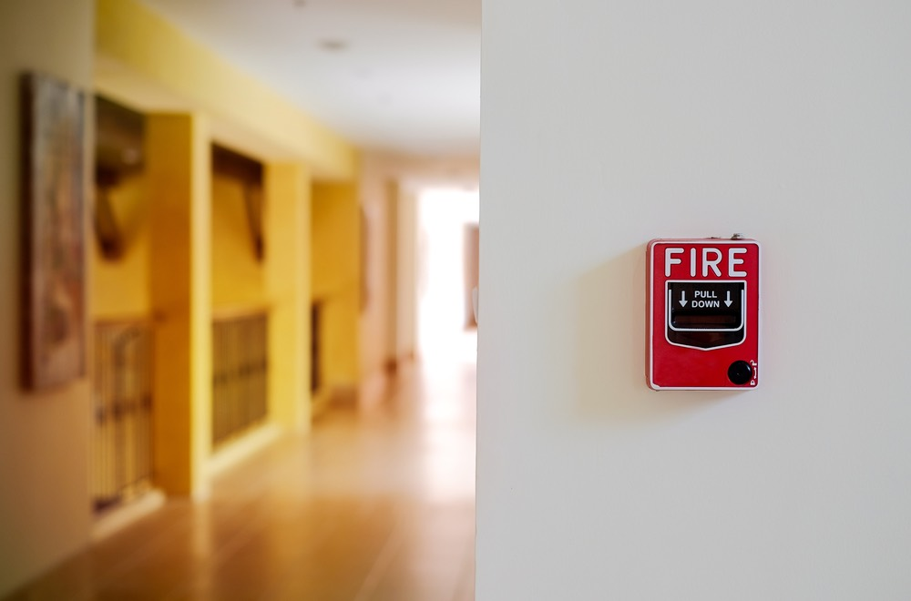 Rode brandbeveiliging hangt aan de muur van een kantoorgebouw zoals GW Security Group ze installeert