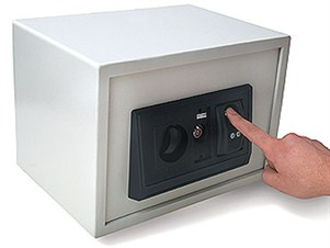 Persoon typt cijfercode in kleine kluis voor huisbeveiliging – GW Security Group